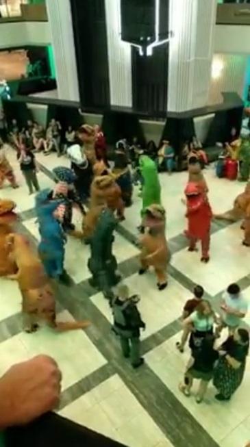 《侏羅紀》開趴?迷你暴龍「超ㄎㄧㄤ亂舞」 旁人全部看傻眼:哪個教派的?