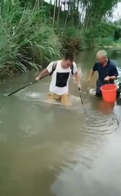神釣手94尼!平頭哥持雙竿等魚上勾 下秒「大鱉咬小龜」痛到叫媽媽~