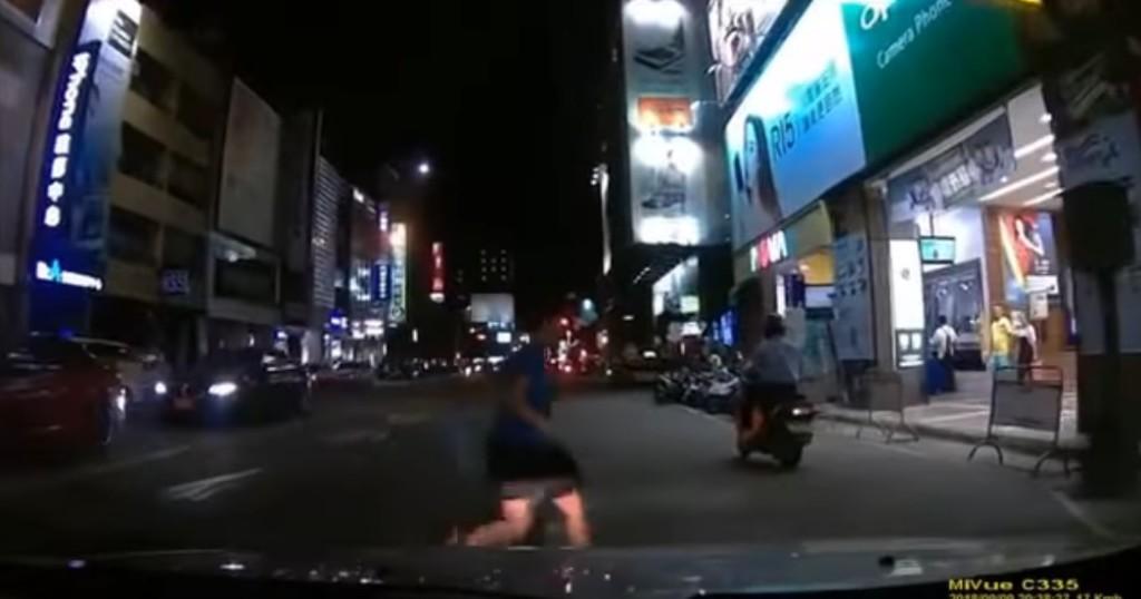 嚇到背都濕了!男童「馬路當自家走廊」直衝 駕駛痛批家教差:出事都我們倒楣…