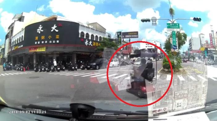 四輪車阿嬤「整個馬路都我家」 對向駕駛嚇到急切外線:根本移動式神主牌...