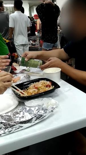 買完食材當場烤!一家人「自備噴槍」炙燒鮭魚壽司 路人嚇傻:這是賣場耶…