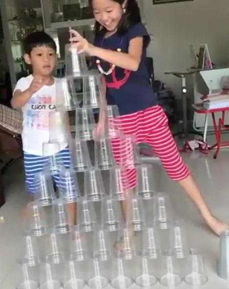 姐弟聯手用杯子打造「等高金字塔」 小手內建穩定器網驚呆:太快了啦