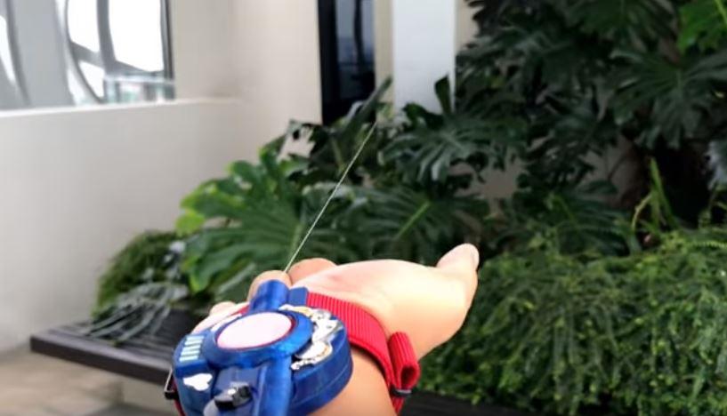大家都是蜘蛛人!超狂男發明「蜘蛛絲噴射器」 還有補充包可以換喔~