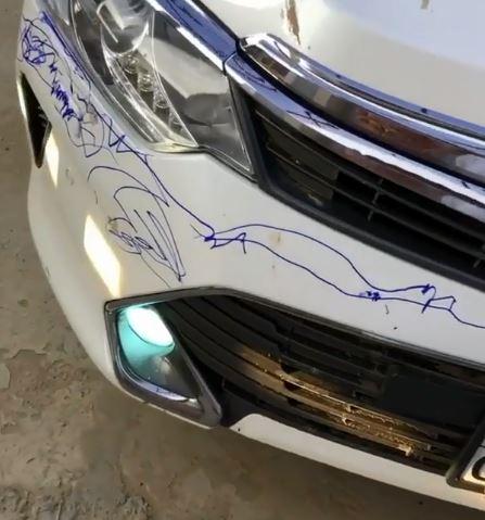 爸爸出門發現「車被畫一圈」 玩沙藝術家不知被手出賣:我沒有畫呀~
