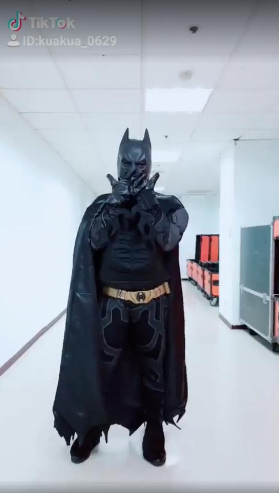 嘻小瓜變身蝙蝠俠「大跳TWICE歌」 反差萌扭動國外800萬人朝聖!