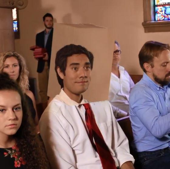 想睡不能睡!男子上教堂hen專心聽佈道 鏡頭拉近才發現「超高明騙術」