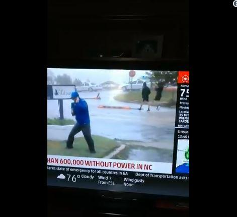 狂風中報導差點被吹走!卻被淡定路人「打臉超腫」民眾笑翻:奧斯卡頒給你啦