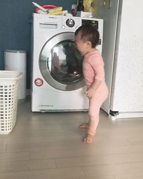 單純寶寶以為小被被「被洗衣機惡魔吃掉」 急到大哭跳腳:快救救它!