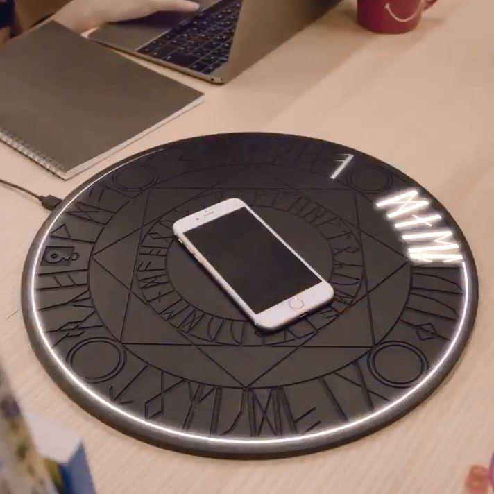 擺上去瞬間發光!超中二「魔法陣充電板」引爆搶購慾 但想買還不一定買的到!