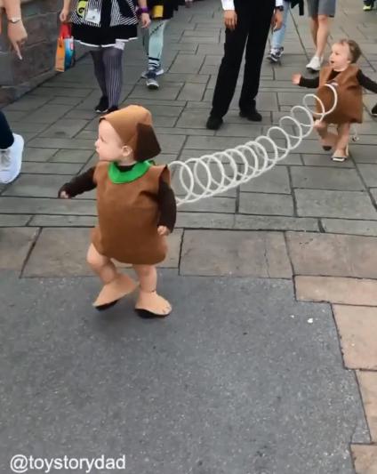學步寶寶完美cos彈簧狗 「前後賣萌夾擊」不知道該先拍哪個了♥