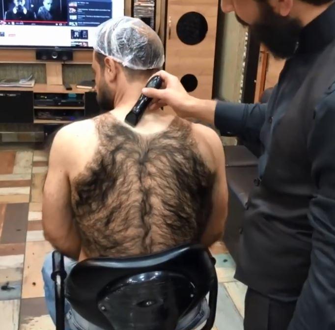 外國男「背上毛髮」多到像地毯 網驚:要用洗髮精洗澡嗎?