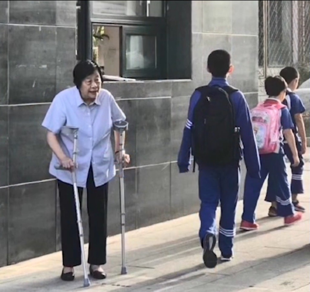 像親奶奶一樣!84歲校長校門口「拄拐杖鞠躬」 20年來每天跟學生說早安