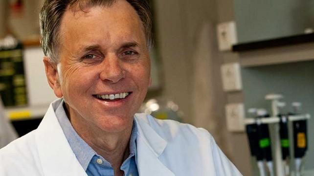 科學家「乾掉整杯細菌」想得胃潰瘍 成功解決醫學難題:就說我是對的吧!