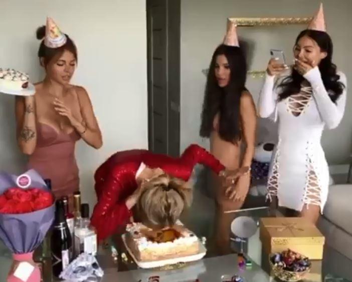 影/姊妹們惡作劇準備中 辣妹吹完蠟燭「推自己入蛋糕」:幫妳們一把啦!