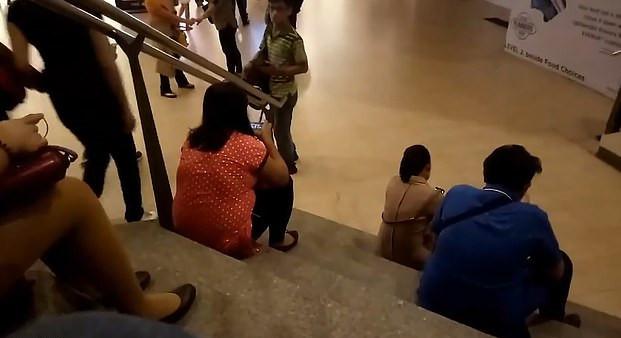 眼睛哥看上樓梯間辣妹 裝沒事「開相機功能講電話」下秒閃光燈直接出賣...
