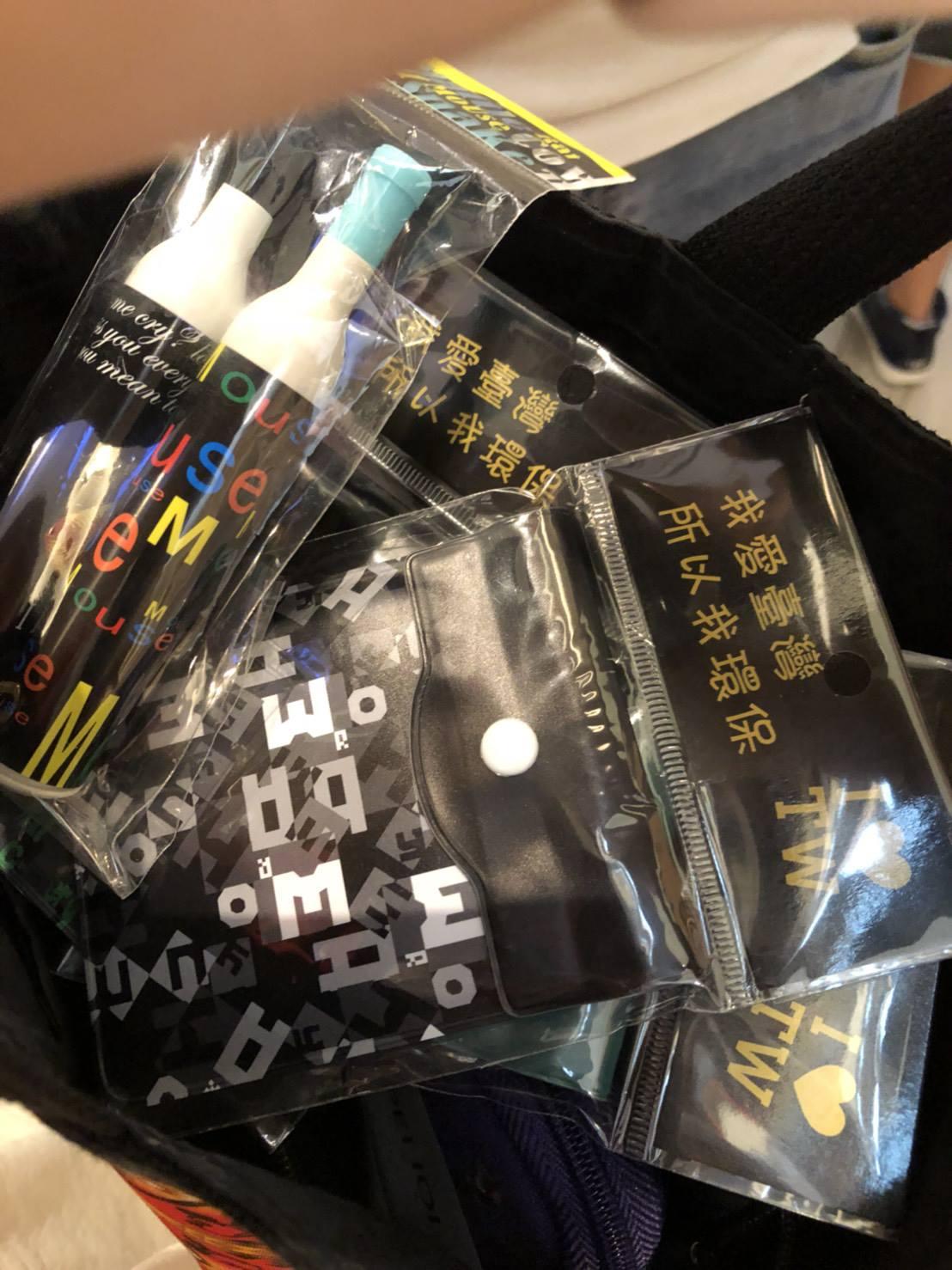 不買被比中指!丟臉丟到國外「國恥愛心筆」 妹子強拉香港遊客騙千元