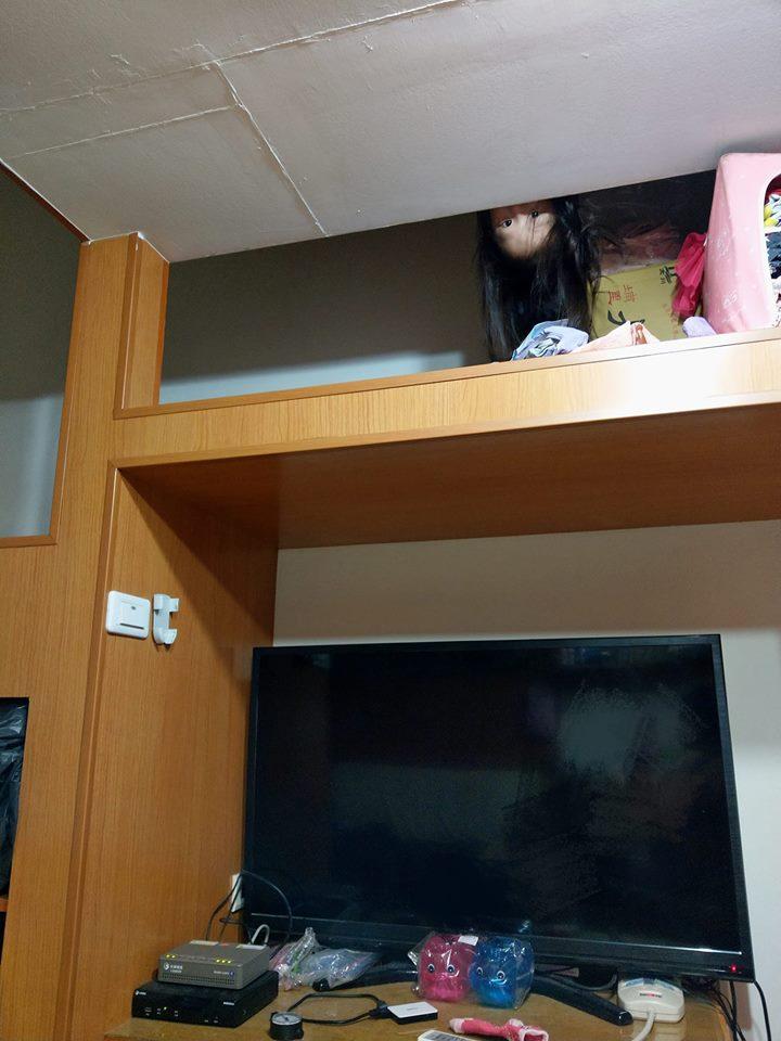 孩子們終於睡惹~阿母半夜開心玩平板 回頭看見「貞子兒子」嚇歪:還好農曆7月已過...