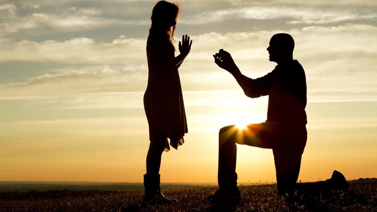 他請樂隊來幫求婚...唱到一半主唱忽然暴走發火:這女的是我老婆!
