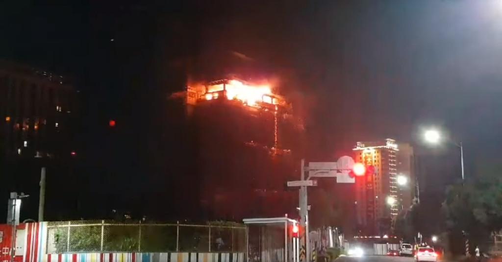 快訊/新莊24樓興建大樓驚傳大火!9樓層被烈焰狂燒2小時「濃煙蓋天」