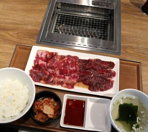 被世界遺棄沒關係!東京「邊緣人燒肉」座位絕塞不下第2人 230台票就能吃飽飽