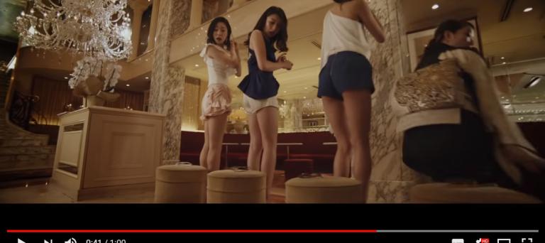 日本奇葩廣告想證明眼鏡超耐用 讓正妹「重力撞擊眼鏡」:這樣也可以承受啊♥