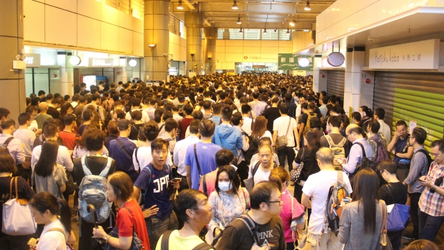 今天正常上班!香港人崩潰「連巴士都看不到」 地鐵站直接跨年等級塞爆...