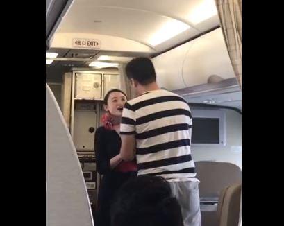 空姐工作中男友驚喜求婚! 下機直接收到「解雇信」:對乘客生命不尊重