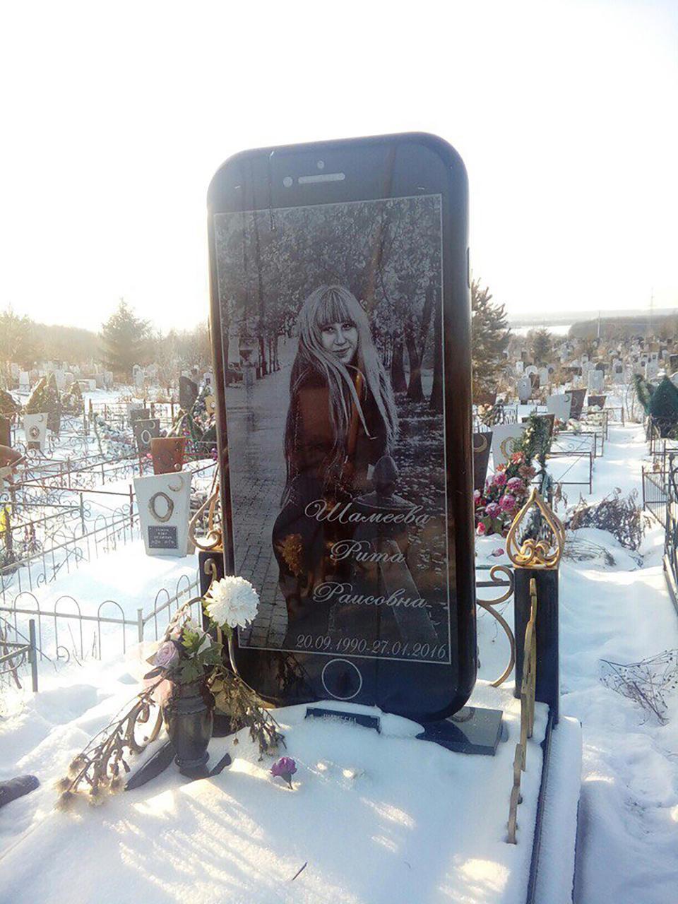 墓地出現巨大iPhone碑 竟是老爸送給女兒的「最後禮物」:那我是說好要給她的