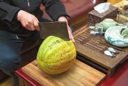 西瓜放角落「4年完美沒腐壞」 興奮切開炫耀傻眼:欸~我的果肉呢?
