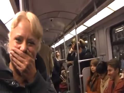 金髮妹發出詭異「火雞笑聲」 下一秒整車人被傳染笑到失控:快受不鳥了XD