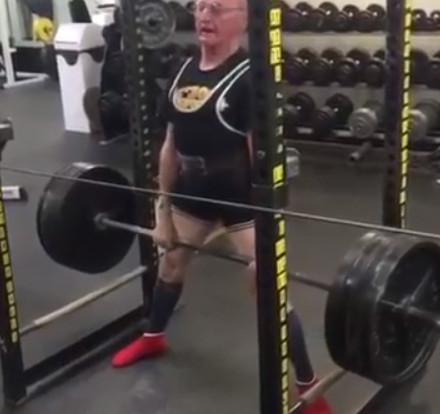 89歲阿公舉「183公斤」練身體 年輕人跪了:80公斤我就快哭出來耶...