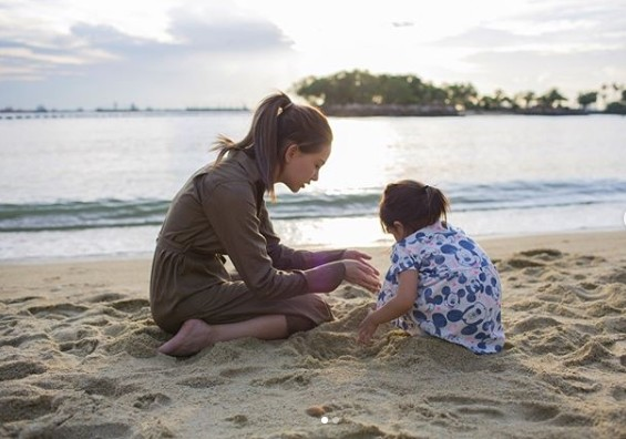 畫面太美!昆凌帶3歲小周周開心玩沙 她一站起來粉絲們驚呆:也長太大了吧