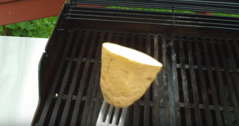 烤肉總是烤焦、黏底?超實用「馬鈴薯塗抹法」連最會黏的魚也沒問題!