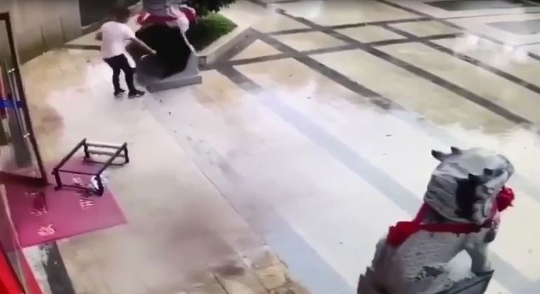 山竹狂颱一日毀港澳 監視器出現「龍爪大哥」單手抓黑傘...網嘆:這拍功夫片?