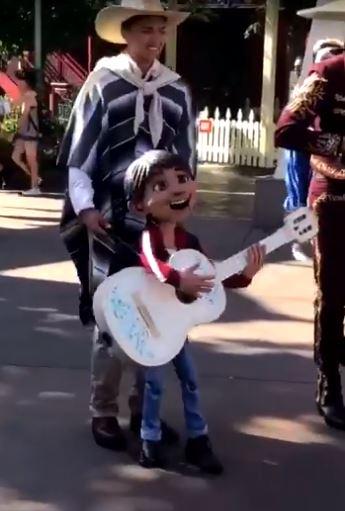 米高從《可可夜總會》走到現實!彈結他高歌表情超逼真:這根本就是本尊❤