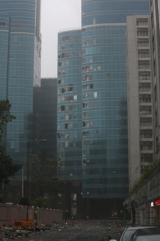 颶風山竹/香港辨公大樓玻璃被吹爆!「滿天文件」被吹到空中:還以為是電影