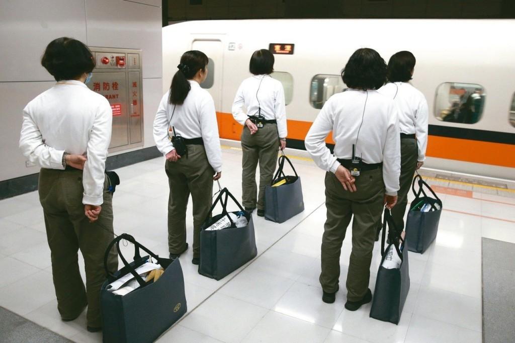 日本人都這樣做事!清潔人員掃完優雅鞠躬 「7分鐘」搞定整台新幹線