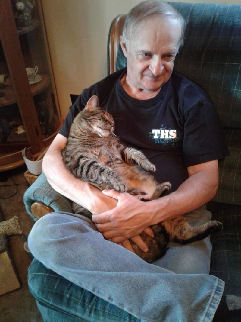 養了10年的貓變心了...看到老爸「一見鍾情」直奔懷裡:可以換鏟屎官嗎?