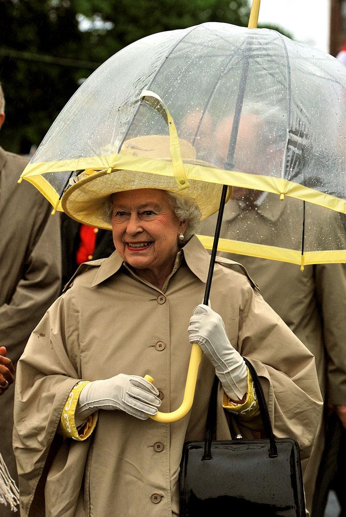 連撐傘都有學問!英國女王「堅持25年穿搭心機」 你有發現嗎?