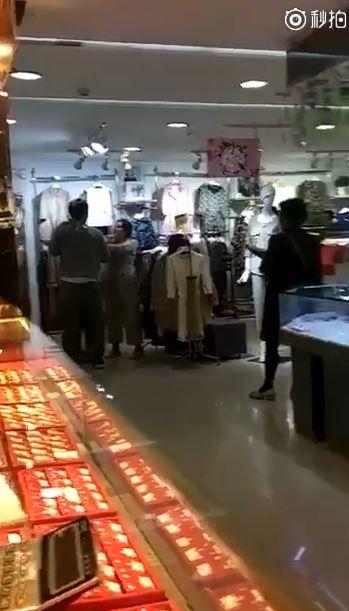 要買要買要買!慣女友無理智狂吼要買衣服 下秒被男友「一拳打趴」繼續滾