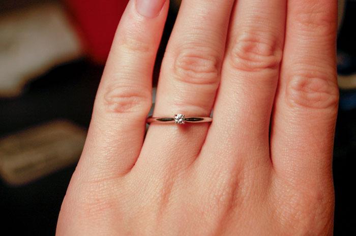 她被求婚後翻出「戒指收據」 驚覺手上那顆才4萬...PO文求救:我是不是要反悔啊?