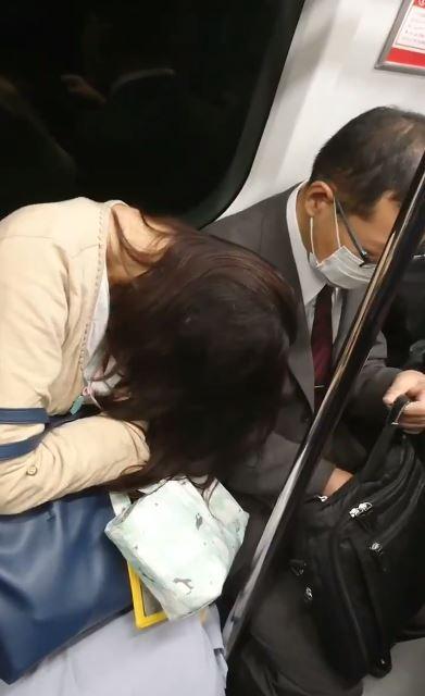 她睡太熟頭靠男子身上 大叔爆氣「把手伸進公事包」直接神展開!