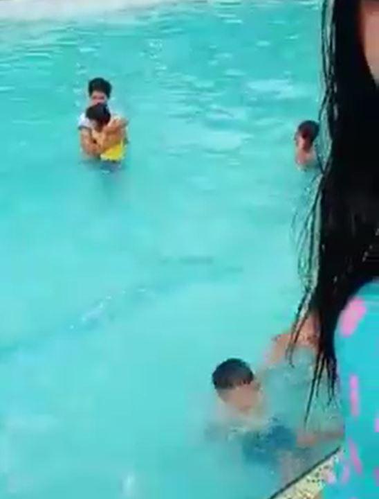 玩水錄影卻發現「池邊靈異之手」 抓小孩 網友驚驚:有發現差1秒就被抓交替了嗎...