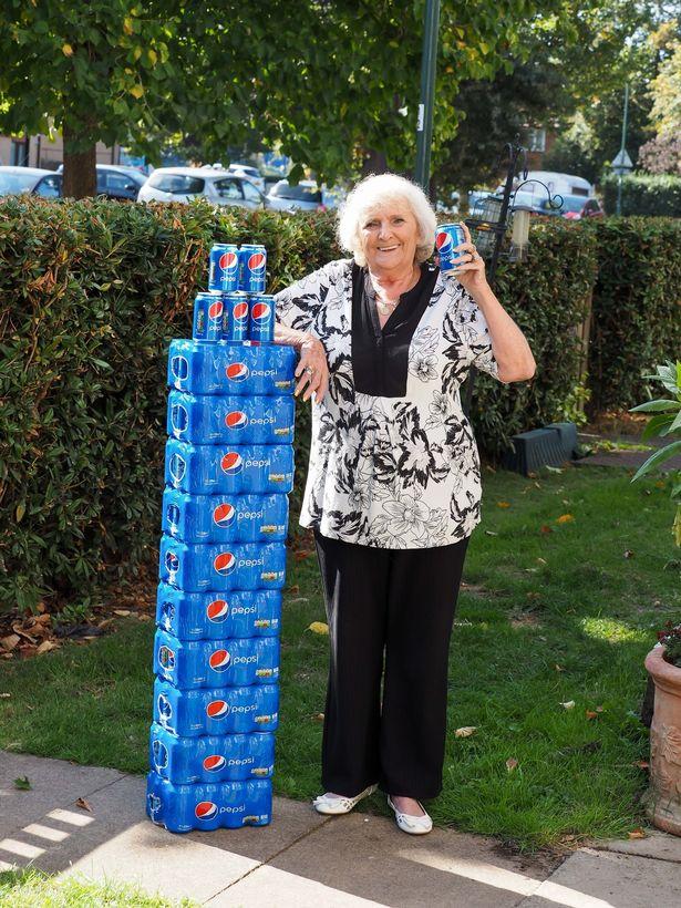 英超狂阿嬤「只喝百事可樂」 連要生小孩前一刻也堅持帶進病房...64年喝掉230萬!