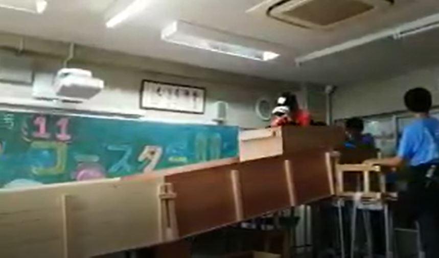 日學生校慶在教室打造VR雲霄飛車 「課桌椅秒變軌道」感受超擬真!