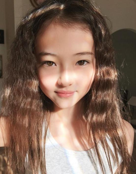 10歲仙氣爆棚小模特兒 簽進YG代言免稅商店「直接擠下全智賢的全版廣告!」