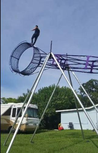 影/玩過才知倉鼠苦!極限運動大滾輪「爬跳選手超能玩」 有哈姆太郎既視感啊