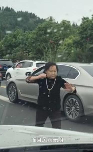 舞動奇蹟片/十一狂塞3小!大媽直接下車「打太極疏通筋骨」 後車傻眼:整個城市都伸展台啊!