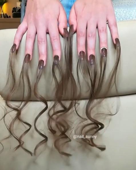 時尚的路是孤獨的...搞怪女孩嗨做「長髮美甲」 最後還要上電棒捲:最喜歡毛毛感~