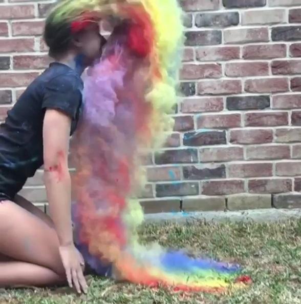 水中甩髮落伍了!藝術妹子挑戰「彩虹甩髮」 煙霧飄散美翻:叫我七彩小野馬